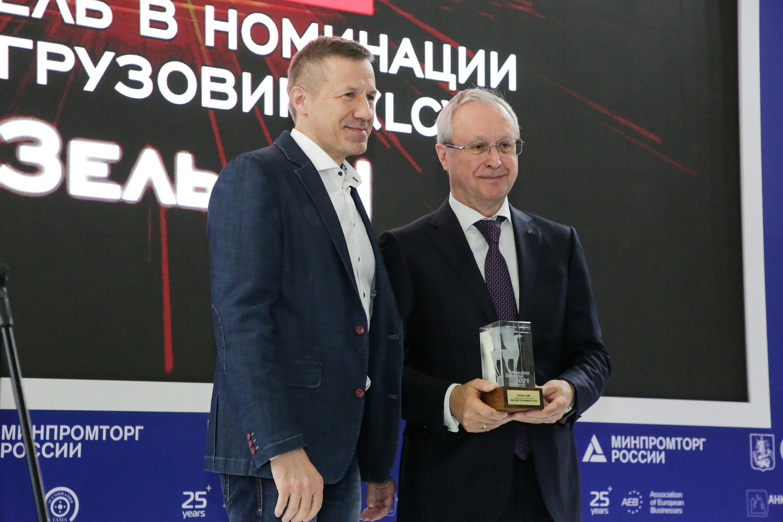 Vruchenie-nagrady_Maksim-Kadakov_-glavred-Za-rulem_-Vadim-Sorokin_-prezident-Gruppy-GAZ